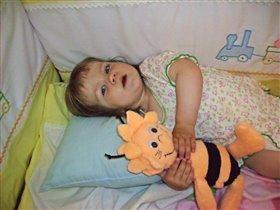 Любимую игрушку пчёлку Майю сшила мамочка