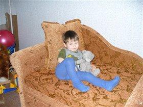 с мишуткой на новом диване