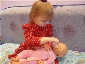 С любимой куклой,