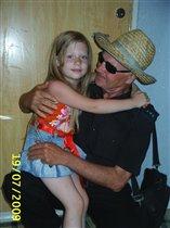Дедуля, это ты? А я думала -  иностранец в шляпе!