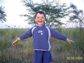 Довольный и счастливый ребёнок