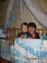 С мамой весело в кроватке :)
