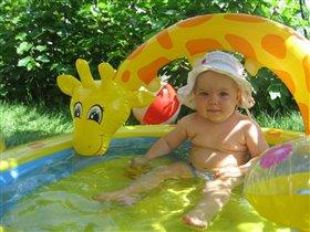 Маленькая леди в белой шляпке.