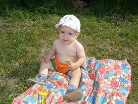 Сижу я на полянке в беленькой панамке, сижу, жую печение и слушаю птичек пение.