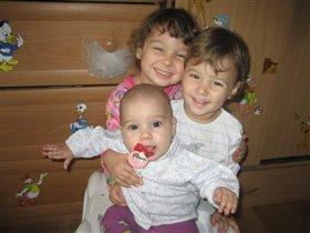 Три сестрицы в ходунках... И счастливы, аж рот до ушей.