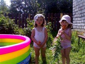 сестренки в панамках  этим летом на даче