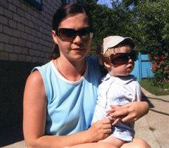 Белая кепка и солнцезащитные очки.