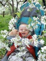Радость и улыбка от соприкосновения с первой весной.
