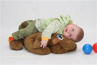 Хорошо отдыхать на любимой игрушке.