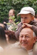 Младший - Хорошо сидеть у дедушки:)