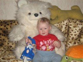 любимый белый медведь и кукла Глюкоза