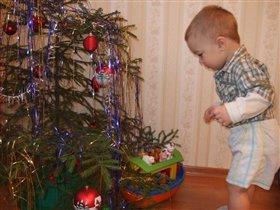 а какие подарки нам елочка приготовила?