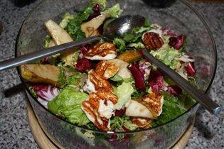 Салат с грушами и жареным сыром