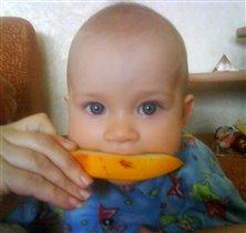 Виталя кушает дыньку