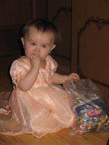 Принцесска лопает конфетки :)