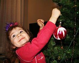 Наряжаю елку :)