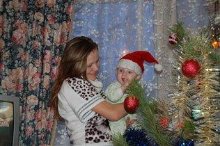 Мам, а подарки под елкой есть?