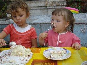Катюшка и ее тетя Лиза - две подружки тортоежки :)