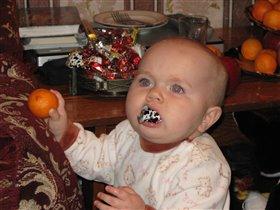 Я конфетку в рот возьму, мандаринкой закушу)