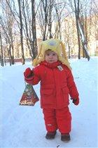 Доченька с игрушкой - для птиц кормушкой