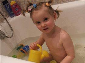 Я купаюсь и играю - ванну лейкой поливаю! :)