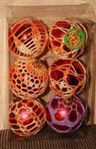 Обвязанные елочные шарики