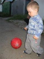 Пусть я мал еще, но в футбол  играть люблю.