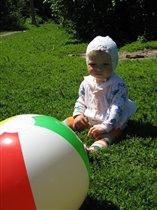 я такая маленькая, а мяч такой БОЛЬШОЙ!
