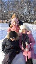 Дети строят замок