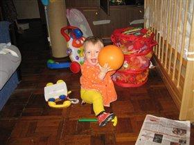 я маленькая - мне можно в футбол и руками играть!)