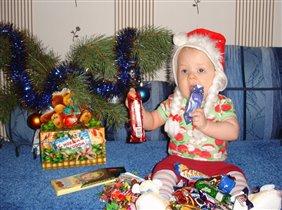 Угощайтесь! Мне Дед Мороз много конфет принес!