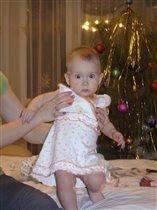 Нарядилась в платье на праздник