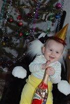 Первый Новый год Амирчика с шампанским из конфет!
