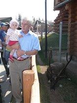 Викулька с дедушкой и с оленем