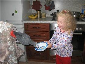 Покушай,Ромашка,с тарелочки кашку...