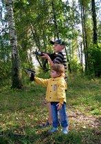 Учись стрелять, сестрёнка! В жизни всё пригодится!