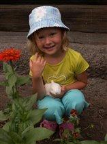 Маленькая хозяюшка с крольчонком.
