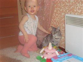 В гостях мучает кошечку