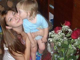 Сыночек целует маму в день рождения!