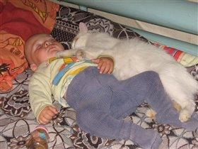 мой сынок Витюшка и наша кошка Ксюшка