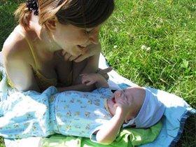Я на солнышке лежу, маме улыбаюсь, хохочу!!!