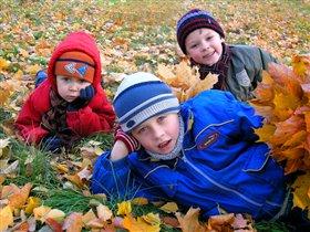 Наигрались во дворе, полежим на листве!