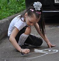 Дочка рисует...