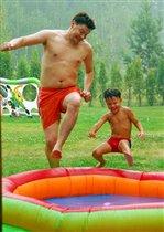 Синхронные прыжки в бассейн.