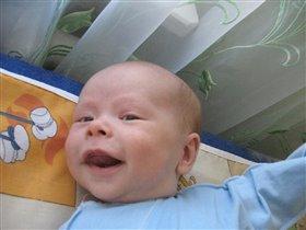 жизнерадостный двухмесячный малыш
