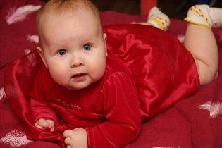 Малышка в красном.