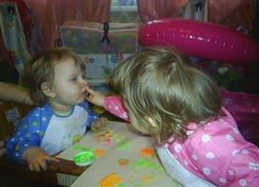Евгения и Екатерина рисуют письмецо:)