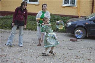 Все соседи посмотри - мы играем в пузыри!