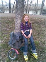 А я умею на роликах и велосипеде одновременно!!!