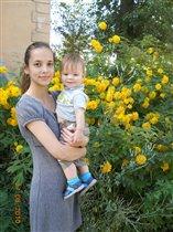 Гуляем с мамой у цветочков